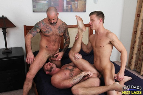 Hot Dads Hot Lads – Sexo Gay: Charlie Harding, Scotty Rage & Joseph Rough