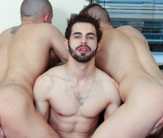 Vídeo Gay Online – Suruba Gay: Lucas Sartori, Mark Given & Stefan Colby